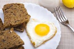 Pan di Spagna ed uovo a forma di del cuore Fotografia Stock Libera da Diritti