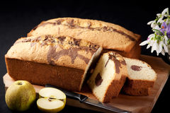 Pan di Spagna sulla scheda di taglio Fotografia Stock Libera da Diritti