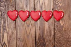 Pan di zenzero del cuore del biglietto di S. Valentino su fondo di legno Cuore verde stilizzato dell'illustrazione di vettore Immagini Stock Libere da Diritti
