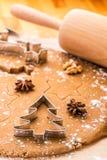 Pan di zenzero di Natale di cottura Immagini Stock