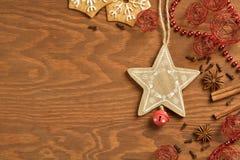 Pan di zenzero di Natale su fondo di legno Fotografia Stock Libera da Diritti