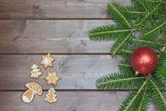 Pan di zenzero di Natale sullo scrittorio di legno Immagine Stock Libera da Diritti