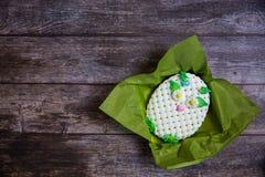 Pan di zenzero dipinto a mano rotondo su fondo di legno Gufo bianco Disposizione piana Copi lo spazio Dessert dolce come regalo p fotografia stock