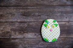 Pan di zenzero dipinto a mano rotondo su fondo di legno Gufo bianco Disposizione piana Copi lo spazio Dessert dolce come regalo p immagini stock