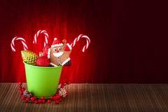 Pan di zenzero e bastoncino di zucchero di Santa Claus con le palle dell'albero di Natale immagine stock