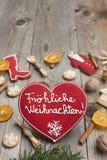 Pan di zenzero a forma di di Natale del cuore rosso Immagini Stock Libere da Diritti