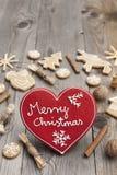 Pan di zenzero a forma di di Natale del cuore rosso Fotografia Stock