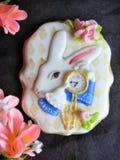 Pan di zenzero lustrato come coniglio bianco con gli orologi su un fondo scuro immagine stock libera da diritti