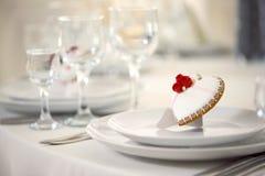 Pan di zenzero lustrato sul servito con la tavola bianca dei piatti Fotografia Stock Libera da Diritti