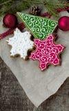 Pan di zenzero di Natale sotto forma di fiocchi di neve e di abete Fotografie Stock Libere da Diritti