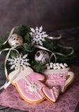 Pan di zenzero rosa di Natale sui precedenti grigi Fotografia Stock Libera da Diritti