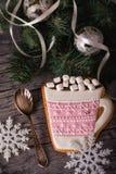 Pan di zenzero rosa sotto forma di tazza con cacao Fotografie Stock Libere da Diritti