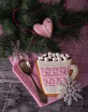 Pan di zenzero rosa sotto forma di tazza con cacao Fotografia Stock