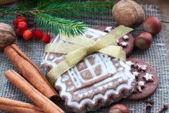 Pan di zenzero sotto forma del Natale di uno spazio della casa Immagini Stock