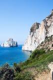 Pan di Zucchero-de rotsen in het overzees en het overzees van Masua stapelen (Nedida), Royalty-vrije Stock Foto