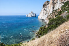Pan di Zucchero-de rotsen in het overzees en het overzees van Masua stapelen (Nedida), Royalty-vrije Stock Foto's