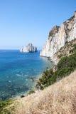 Pan di Zucchero-de rotsen in het overzees en het overzees van Masua stapelen (Nedida), Royalty-vrije Stock Afbeeldingen