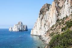 Pan di Zucchero-de rotsen in het overzees en het overzees van Masua stapelen (Nedida), Stock Foto