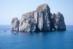 Pan di Zucchero-rotsen in het overzees, in Masua (Nedida), Sardinige D Royalty-vrije Stock Afbeeldingen