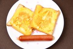 Pan dos cubierto con el huevo y la salchicha Imagenes de archivo
