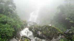 Pan Down de brouillard à la cascade faisante rage pendant la tempête de pluie - Sapa Vietnam banque de vidéos