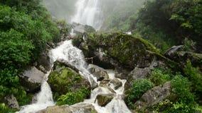 Pan Down de cascade faisante rage pendant la tempête de pluie - Sapa Vietnam banque de vidéos