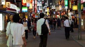 Pan Down del giorno occupato della zona commerciale di Shibuya - Tokyo Giappone archivi video