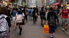 Pan Down der beschäftigten Shibuya-Gewerbegebiet-Tageszeit - Shibuya, Tokyo Japan stock footage