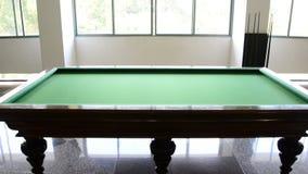 Pan Down - table de billard dans la salle de jeu - palais de l'indépendance - Ho Chi Minh City banque de vidéos