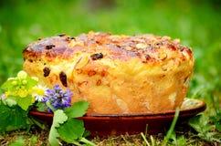Pan dulce hecho en casa grande de Pascua Foto de archivo libre de regalías