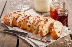 Pan dulce trenzado cortado Imagenes de archivo
