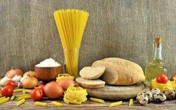 Pan e ingredientes en la tabla Fotos de archivo