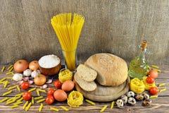 Pan e ingredientes en la tabla Foto de archivo
