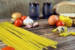 Pan e ingredientes en la tabla Fotografía de archivo libre de regalías
