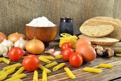 Pan e ingredientes en la tabla Imagenes de archivo