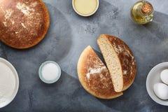 Pan e ingredientes recientemente cocidos para los productos de la panader?a imagen de archivo libre de regalías