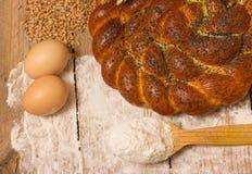 Pan e ingredientes trenzados Imagen de archivo libre de regalías