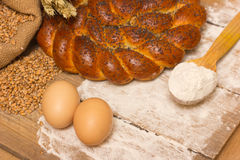 Pan e ingredientes trenzados Fotografía de archivo libre de regalías