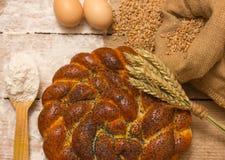Pan e ingredientes trenzados Fotos de archivo libres de regalías