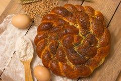 Pan e ingredientes trenzados Foto de archivo libre de regalías