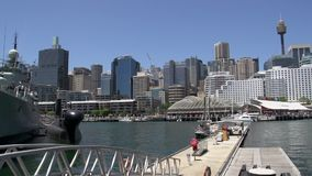 Pan eines Marineschiffs im nationalen Seemuseum des süßen Hafens zum Sydney-Turm und -Skylinen stock video