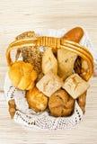 Pan en cesta de la paja foto de archivo libre de regalías