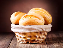 Pan en cesta de mimbre Fotos de archivo libres de regalías