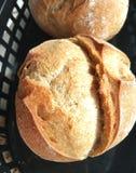 Pan en cesta negra Fotos de archivo libres de regalías