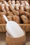 Pan en cestas de mimbre Fotos de archivo libres de regalías