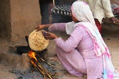 Pan en el fuego de madera Foto de archivo