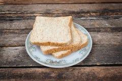 Pan en el plato blanco Fotos de archivo libres de regalías