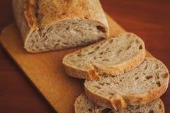 Pan en fondo de madera oscuro imagenes de archivo