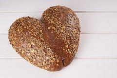 Pan en forma de corazón imágenes de archivo libres de regalías