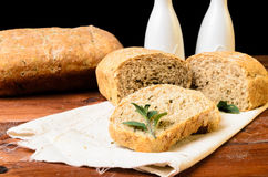 Pan en la tabla de madera con aceite y vinagre Imagenes de archivo